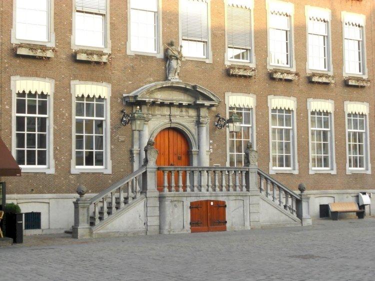 Het Stadhuis,   Bestuur
